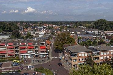 Heden, 2014 - Foto in de richting van de Gasthuisstraat. Links de ABN AMRO bank. Rechts de American Jeans Shop en Ami kappers. - Barneveld