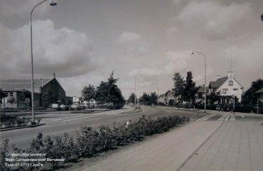 Verleden 1957/1965 - De kruising Burgemeester Kuntzelaan/Thorbeckelaan met de Gasthuisstraat. Links op de achtergrond de Pluimveehal. - Barneveld
