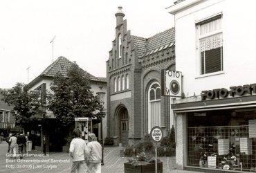 Verleden 1985 - Langstraat met van links naar rechts: Soels herenmode, RIAGG en Foto Fortgens. - Barneveld