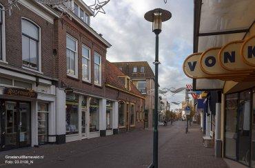 Heden 2014 - Langstraat met van links naar rechts: woon & tuindecoratie Rozemarijn, Inkstation, slijterij Erkens, Ziengs schoenen. Rechts E. Vonk tweewielers - Barneveld