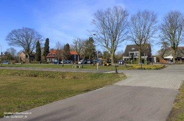 Heden 2015 - Postweg en erachter de Rudolphlaan met in het midden de toegang naar de kinderboerderij en uiterst rechts de Glindster. - De Glind