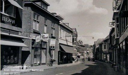 Verleden, 1960 - Jan van Schaffelaarstraat - Links, (gedeeltelijk zichtbaar) Albert Heijn en cafetaria Jo Patat. - Barneveld