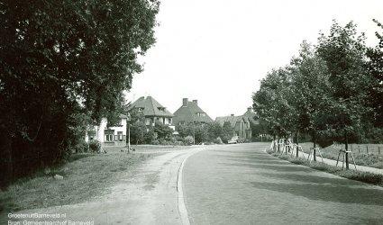 Verleden - De Stationsweg gefotografeerd in de richting van Harselaar. Links het huis Boschzicht, daarnaast het Kokshuisje. - Barneveld