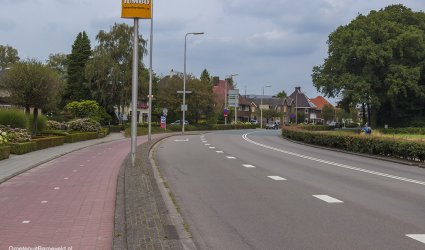 Heden 2014 - De Stationsweg gefotografeerd in de richting van Harselaar. Links het huis Boschzicht, daarnaast het Kokshuisje. - Barneveld