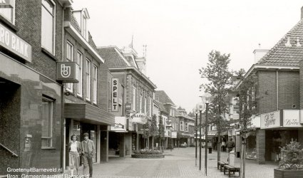 Verleden tussen 1984 en 1986 - Jan van Schaffelaarstraat in de richting van de Burgermeester Kuntzelaan. Aan de linkerkant de AMRO-bank en daarnaast warenhuis Spelt. Rechts Livera, Barneveld