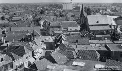 Verleden,1965 Rechts de toren van de Rooms Katholieke Catharinakerk. Op de achtergrond de silo van meelfabriek De Heus. - Barneveld