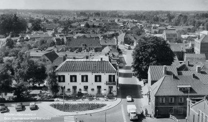 Verleden, 1965 - Foto vanaf de toren van de Oude Kerk. In de richting van de Schoutenstraat met links op de hoek hotel de Roskam. - Barneveld
