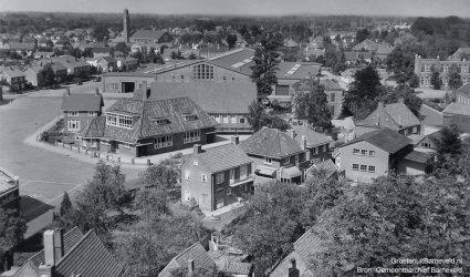 Verleden, 1965 - Foto vanaf de toren van de Oude Kerk. In het midden het Marktcomplex en gebouw Rehoboth. Rechts een stukje van de voormalige Prinses Julianaschool. - Barneveld
