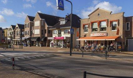 Heden 2015 - Van rechts naar links: Blokker, Da drogisterij De Gaper, Juwelier Groenhuizen en Sam Casuals. - Hoofdstraat, Voorthuizen