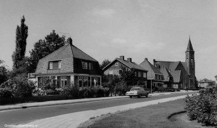 Verleden1970 - Koninginnelaan in de richting Hoofdstraat. Rechts Gereformeerde Kerk. - Voorthuizen