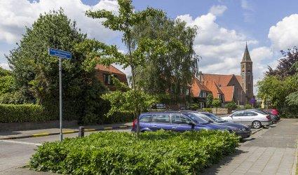 Heden 2015 - Koninginnelaan in de richting Hoofdstraat. Rechts Gereformeerde Kerk. - Voorthuizen