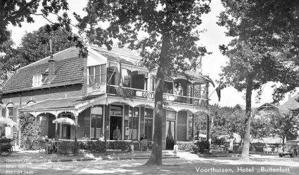 """Verleden 1950/1956 - """"Hotel Buitenlust"""". Het vroeger als Stationskoffiehuis bekend staande Bondshotel Restaurant Buitenlust.- hoofdstraat, Voorthuizen"""