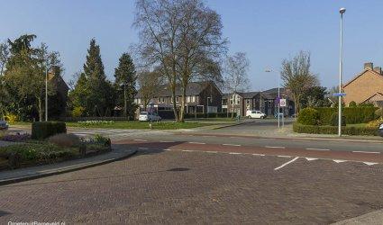 Heden 2015 - Foto vanuit de Beekstraat naar de Lorsweg met het complex Vondelhove, op de voorgrond de Schoutenstraat. - Barneveld