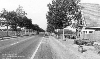 Verleden 1970/1980 - Lunterseweg in de richting van het centrum. Rechts woonhuis 't Beekhuisje met twee melkbussen ervoor. - Barneveld
