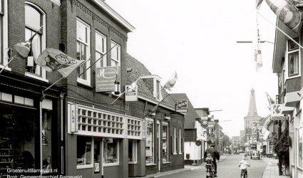 Verleden 1980/1990 - Langstraat met van links naar rechts: slagerij Hardon, Huissteden naaimachinehandel, slijterij Erkens, cafetaria De Straaljager. Rechts Egbert's Hairshop. - Barneveld