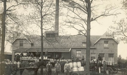 """Verleden 1926 - De in 1919 gebouwde melkfabriek """"De Harselaar"""" van Van Zwieten bij de Hollandsche Spoorweg. Hier werd het karnemelkproduct Hollands Glorie gefabriceerd welke bestemd was voor pluimveevoeder. Later de Melkfabriek van de Verenigde Veluwse Melkfabrieken (VVM). - Barneveld"""