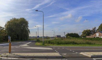 Heden 2014 - Nieuwe toegangsweg naar het Binnenveld. Deze weg is ter vervanging gekomen van twee onbewaakte spoorwegovergangen. In de verte is het nieuwe kinderhospice binnenveld te zien (eerder Kinderhospice De Glind). - Barneveld