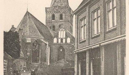 Verleden 1927 - De Grote Kerk. Links bakkerij Blokhuis. Rechts winkel van Tijsseling (orgels) - Jan van Schaffelaarstraat, Barneveld