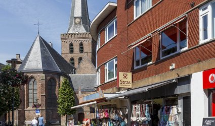 Heden 2015 - Van links naar rechts: De Oude Kerk, Broodjeszaak De Nieuwe Rotonde, Stras Mode Bijoux, Vodafone - Jan van Schaffelaarstraat, Barneveld