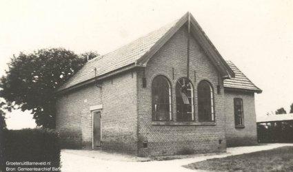 Verleden 1920/1935 - De voormalige Openbare school, later de hervormde kerk, gebouwd in 1850. - Eendrachtstraat, Zwartebroek