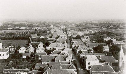 """Verleden 1895/1910 - Foto vanaf de toren van de Grote kerk. Middenachter de molen """"De Twee Gebroeders"""", uiterst rechts de Rooms Katholieke kerk, geheel links het raadhuis. - Barneveld"""
