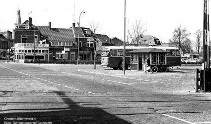 Verleden 1970/1975 - Spoorwegovergang tegenover Huize De Schaffelaar. Rechts het busstation, daarachter de Thorbeckelaan en café-restaurant De Bonte Koe. - Barneveld