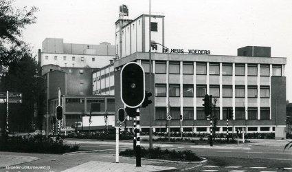 Verleden 1980 - Veevoederfabriek De Heus op de hoek van de Langstraat en Bouwheerstraat - Barneveld