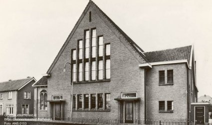 Verleden 1955/1965 - Oude kerk Gereformeerde Gemeente Barneveld. De foto is gemaakt vanaf het schoolplein van de voormalige Ds. Fraanjeschool. - Dominee Fraanjestraat, Barneveld