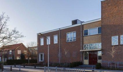 Heden 2015 - Deel van het kerkgebouw van de Gereformeerde Gemeente Barneveld Centrum aan de Dominee Fraanjestraat. - Barneveld