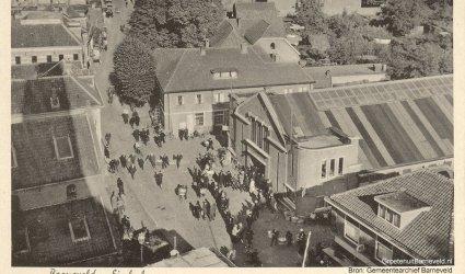 Verleden 1940/1955 - De markthal van 1930 en de markthal van 1913 (links) gefotografeerd vanaf de toren van de Grote Kerk. Rechtsonder modehuis Klomp, middenachter smederij Van der Mheen. - Barneveld