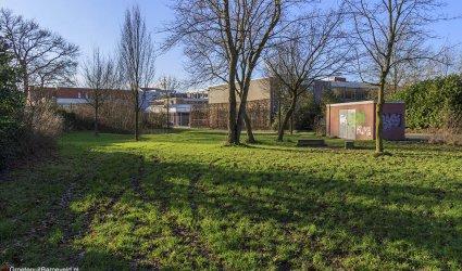 Heden 2015 - Grasveld aan de Bloemendaallaan en op de achtergrond het Johannes Fontanus College. - Barneveld
