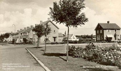Verleden 1955/1965 - De foto is gemaakt in de richting van de Thorbeckelaan, ter hoogte van de kruising Dr. Kuyperlaan en de van Hogendorplaan. Rechts het plantsoen langs de Kleine Barneveldse beek. - Barneveld