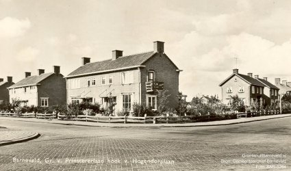 Verleden 1955/1965 - De hoek Groen van Prinstererlaan en Van Hogendorplaan. De foto is gemaakt vanaf het terrein achter de Markthal. - Barneveld