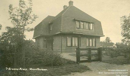 Verleden 1925/1940 - 't Groene Kruis te Voorthuizen. Later (2005) is hier evangelische boekhandel 't Morgenlicht gevestigd geweest. Op de achtergrond rechts is pension Molenzicht te zien aan de Van den Berglaan. - Voorthuizen