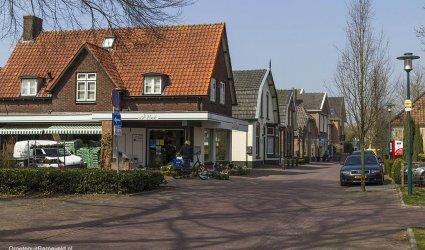 Heden 2015 - Bakkersweg in de richting van de Hoofdstraat, Bloemenhuis Vink. - Voorthuizen