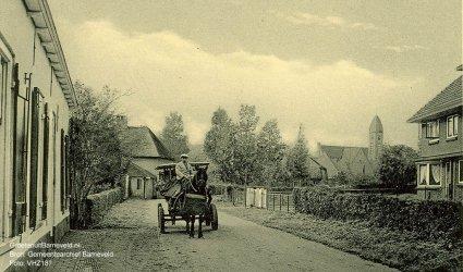 """Verleden 1925/1940 - Links de """"Kuukesloop"""". Op de achtergrond de toren van de gereformeerde kerk. - Voorthuizen"""