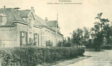 Verleden 1910/1925 - Christelijke School en onderwijzerswoning aan de Kerkstraat, in de onderwijzerswoning was later de Nederlandsche Middenstandsbank gevestigd. - Voorthuizen